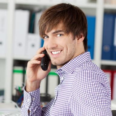Mitarbeiter mit Telefon erwartet Ihren Kontakt für Anfragen