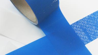 Blau VOID-Etiketten auf Rolle, die als Sicherheitsetiketten aufgerollt sind