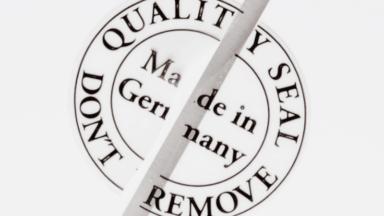 """Sicherheitsetiketten - Ein halbiertes Qualitätssiegel mit der Aufschrift """"Made in Germany"""""""