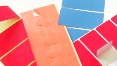 Wiederablösbare Etiketten auf bunten Etikettenbogen