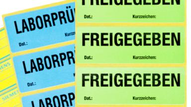 """QS-Etiketten mit den Aufschriften """"Freigegeben"""" und """"Laborprüfung"""" in verschiedenen Farben"""