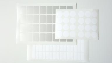 Hitzebeständige Etiketten auf drei Bogen in verschiedenen Größen und Formen