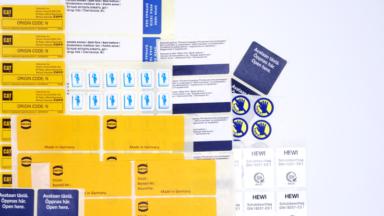 Hinweisetiketten verschiedenster Formate mit unterschiedlichen Anweisungen