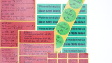Mehrere ölbeständige Etiketten für den Transport und für Wärmedämmgläser
