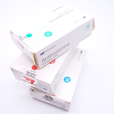 Drei Medikamentenverpackungen mit Sicherheitsetiketten als Pharmaetiketten versehen