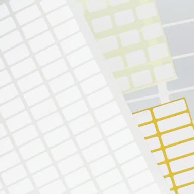 Quadratische und rechteckige Etiketten auf Bogen liegen wie ein Fächer aufeinander