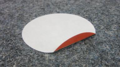 Leicht ablösbare Etiketten für Möbelindustrien; Ein Möbeletikett klebt auf einem dunklen Filzteppich